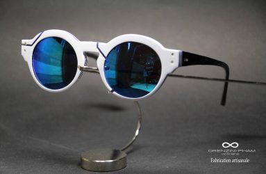 Monture solaire blanche et bleu avec effet de relief