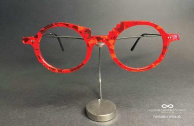 Monture ronde rouge avec des petites pointes sur l'intérieur et sur le bas de la monture